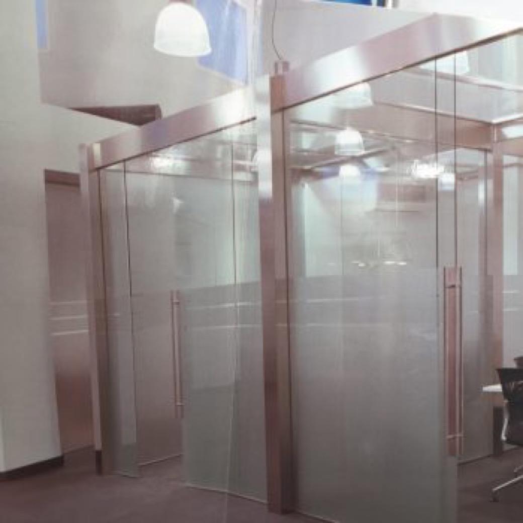 Somos expertos en carpintería metálica y de alumnio para ventanas y puertas.