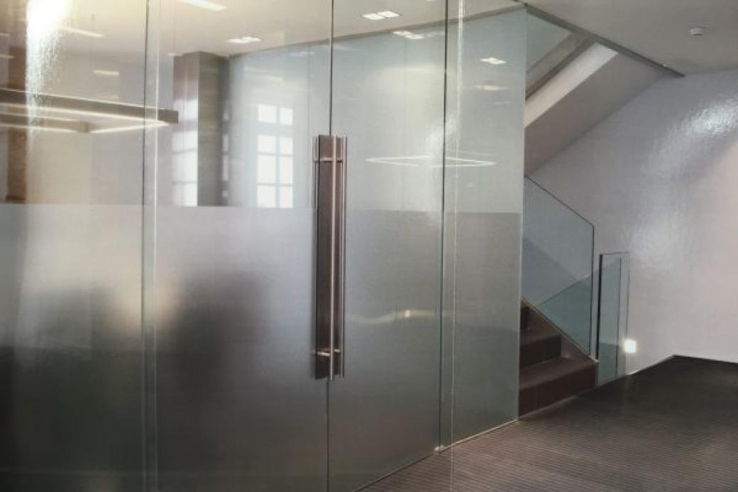 Realizamos la reparación de todos los elementos móviles y fijos de las carpinterías de aluminio y pvc de las ventanas, puertas, mamparas y persianas